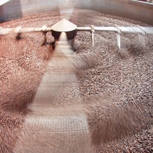 Caffè De Roccis Torrefazione lavorazione working on coffee beans